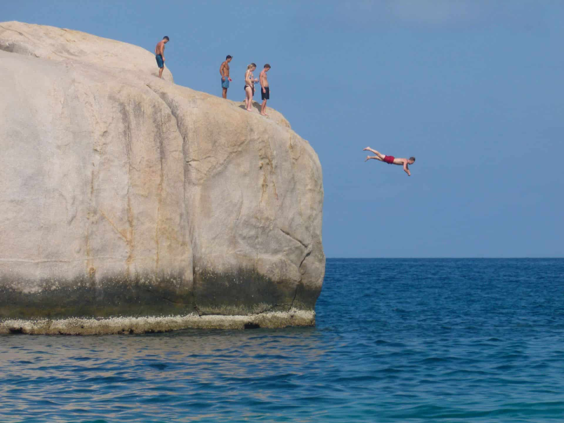 koh tao boulder jumping into the sea